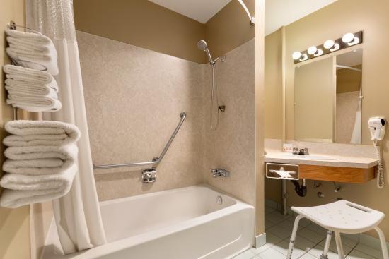 Days Inn - Nanaimo : Accessible Bathroom