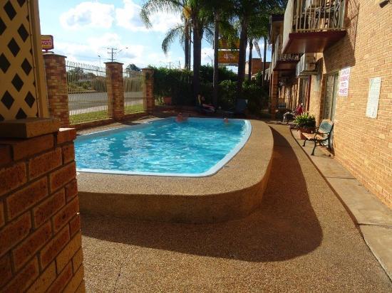 Tallarook Motor Inn: BBQ area and pool