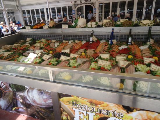 Provincia de Drente, Países Bajos: vis eten in de middag in calpe,later komen de bootjes binnen met de vangst.