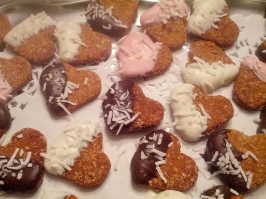 St. Jacobs, Καναδάς: Organic Carrot & Cranberry hearts, decorated with yogurt, carob, unsweetened coconut