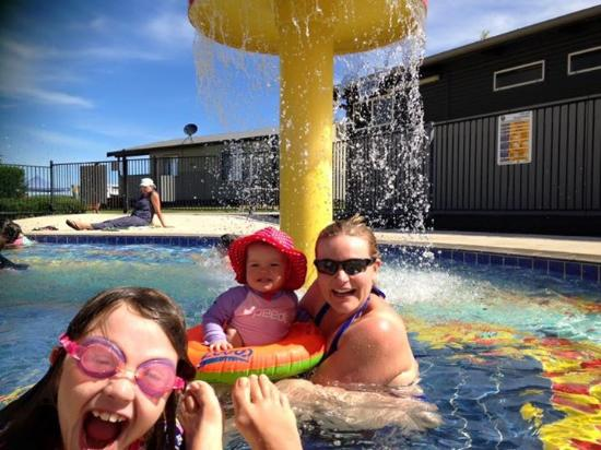 Merimbula Beach Resort and Holiday Park: Pool fun!