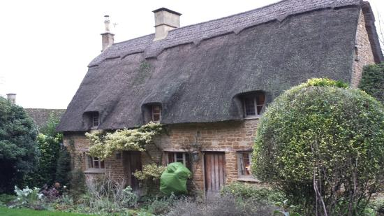 Moreton-in-Marsh, UK: So lucky to have access to this warm & cosy cottage, be served delicious food & driven around ch