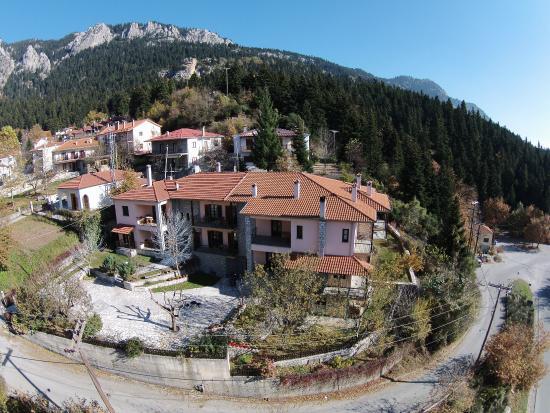 Elati, กรีซ: Το ξενοδοχείο Κρούπη με πανοραμική θέα στις βουνοκορφές της Πίνδου