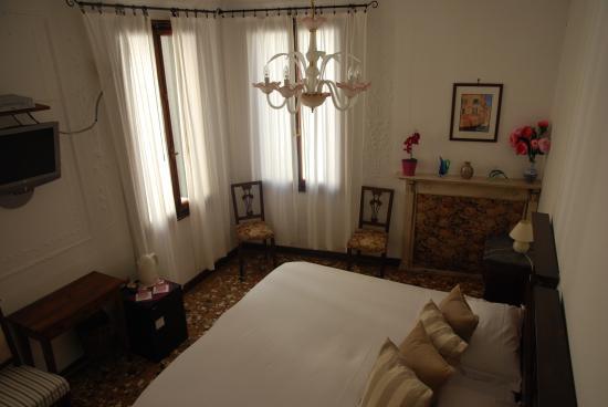 Al Teatro Bed & Breakfast: double room with ensuite bathroom