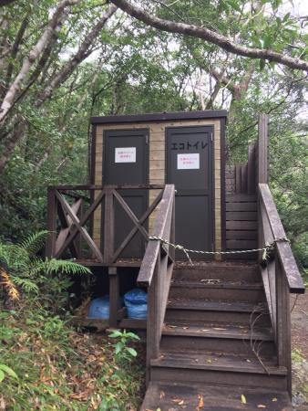 Hiji Waterfall: 途中のトイレは使えないので、入口付近ので済ませておきましょう