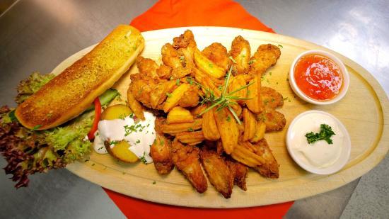 Restaurant Kohlerhof: Knusprige Chickenwings mit Beilage aus unserer Küche