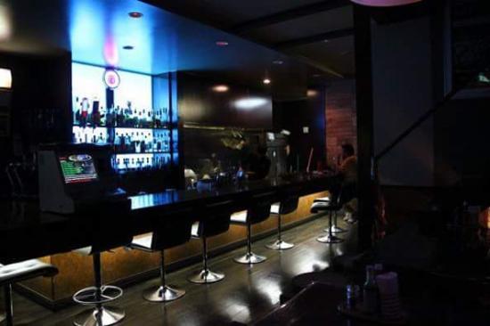 Dining Bar Pomodoro: カウンター