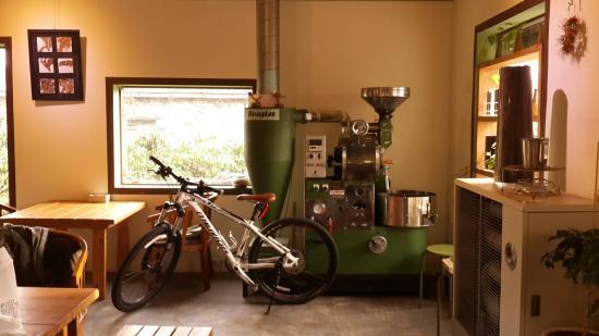 Modeu Rak572: 한적한 동네에서 커피향을 맡으면서 여유를 즐길 수 있는 카페이다. 사장님께서 직접 원두를 로스팅하여 제주도 곳곳의 카페에 원두를 공급하시고, 직접 로스팅 하시는 만큼 커피맛