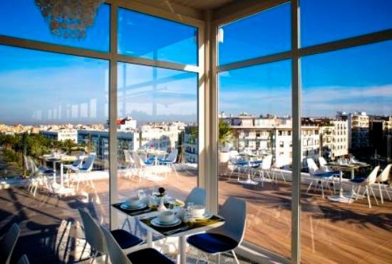 Caf sur la terrasse de l h tel avec une belle vue for Hotel avec restaurant