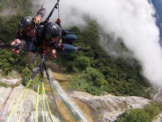 Prevol Parapente: en vol au dessus de la cascade