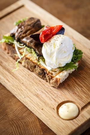 Millesgarden Lanthandel: Buffelmozzarella, gröna blad och rostade grönsaker på levainbröd