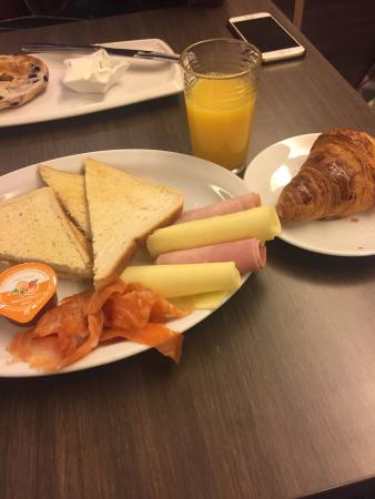 Bocca Moka: Pretentious breakfast at 14€, no bread .. Just white bread-toasted with canned orange juice :(