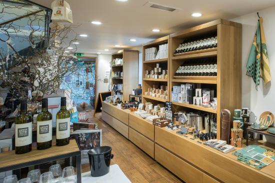 Alfriston, UK: Gun Room - free wine tasting