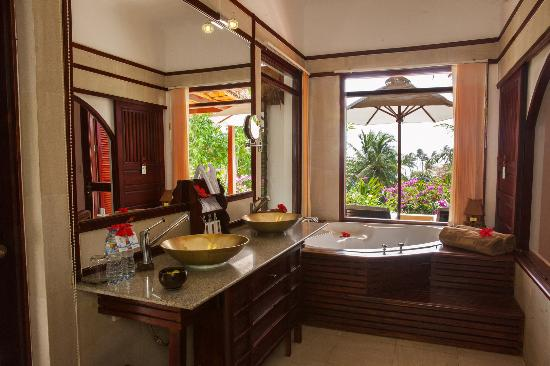 Victoria Phan Thiet Beach Resort & Spa: Deluxe Seaview Bungalow - Bathroom