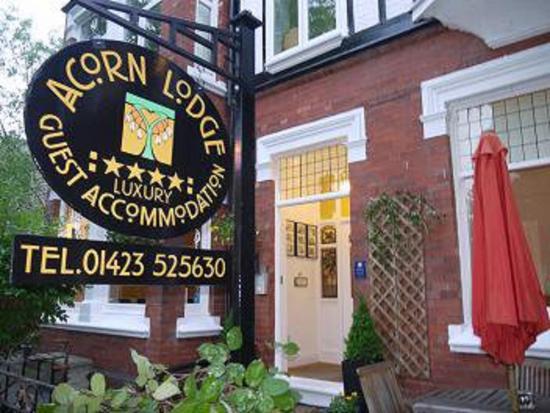 Acorn Lodge Harrogate: Front Entrance