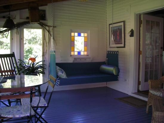 Johnnycake Flats Inn: Relax on the Screened Porch...