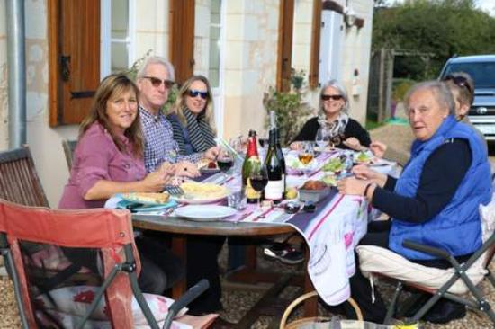Fontevraud-l'Abbaye, Frankrike: French and English learners meeting up for lunch on a full day workshop