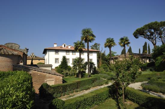 Pratello Country Resort: villa e giardino