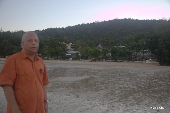 Anyavee Tubkaek Beach Resort: Walking on beach. Villas of the hotel.