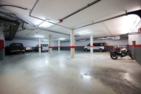 Sono Apartments: Parking