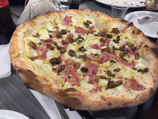 Pizzeria da Ciello: Pizza 3P: patate, porcini e pancetta. Uno ...