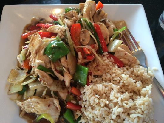 Tomy Thai: Fresh ginger lunch entree with chicken- so good!