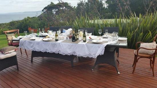 Waoku Lodge: dining on the decking