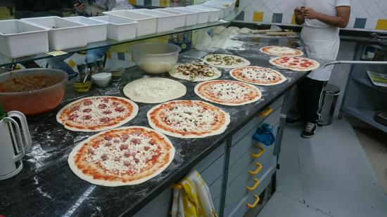 Cagliari: La Pizzeria New Point cerca pizzaiolo o infornatore con esperienza forno a legna.