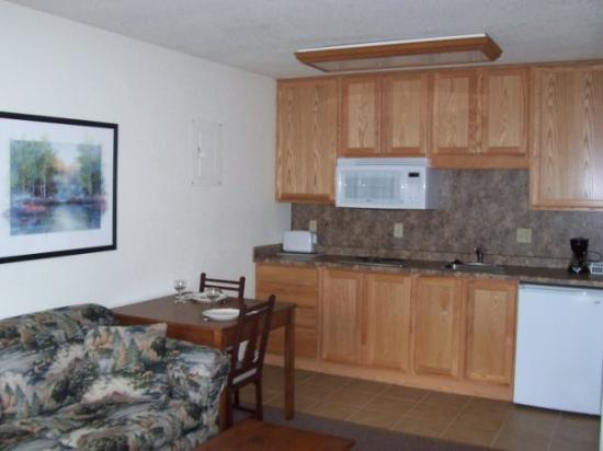 Spooner, WI: Kitchenette, has cooktop and cookware/dishes!