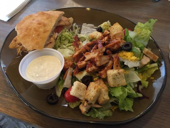 Victorville, Kaliforniya: Delicious 1/2 grilled chicken and 1/2 BBQ chicken salad.