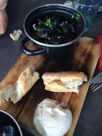 Hudiksvall, Sverige: The mussels appetizer and the view from the tables along the windows