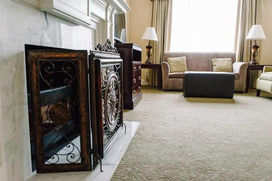 Hampton Inn & Suites Birmingham Downtown - The Tutwiler : Fireplace Suite