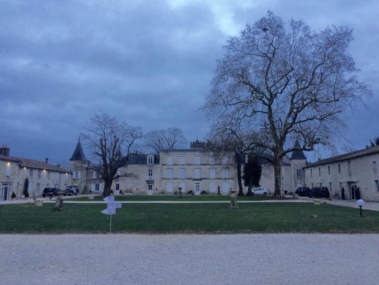 Granzay-Gript, Francia: Vues générales du domaine et de la charpente d'une des salles du restaurant .