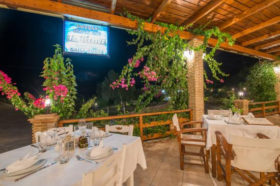 Makris Gialos, Grecia: restaurant To Petrino next door
