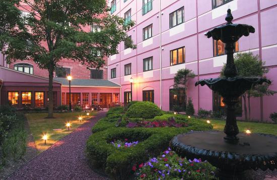 Inn at Henderson's Wharf: Courtyard