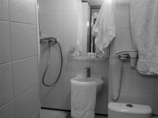 Adria Hotel: Łazienka