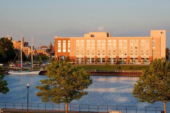 Bay City, MI: Hotel Exterior at Sunset