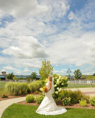 Bay City, MI: Bride near Riverview Square