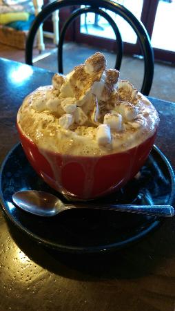Kings Langley, UK: Delicious hot chocolate with all the extras!