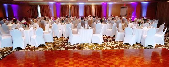 Freeport, ME: Ballroom Wedding Set Up