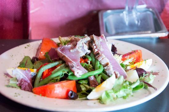 Cafe Des Artistes : Salade Nicoise with Pan Seared Tuna