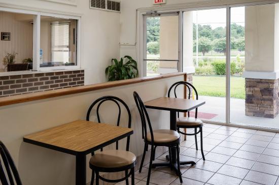 Carrollton, VA: Breakfast Seating