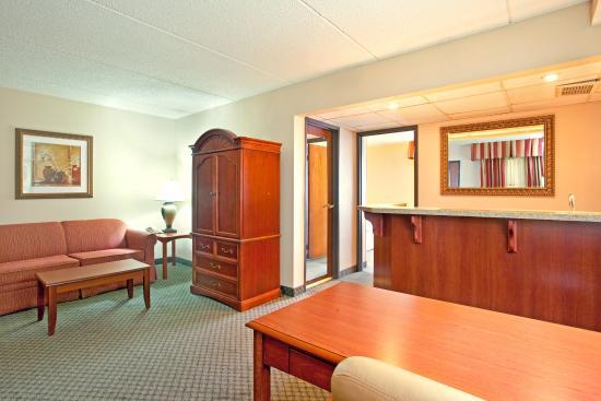 Wauwatosa, WI: 2 Room King Suite Living Room Araa
