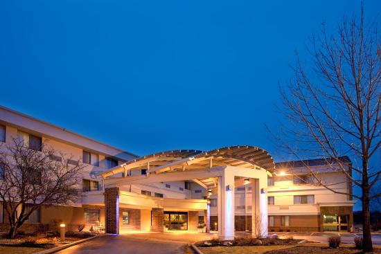 Wauwatosa, WI: Holiday Inn Express - Milwaukee West - Exterior at Dusk