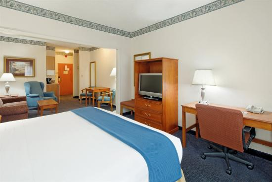Lancaster, OH: King Bed Guest Room