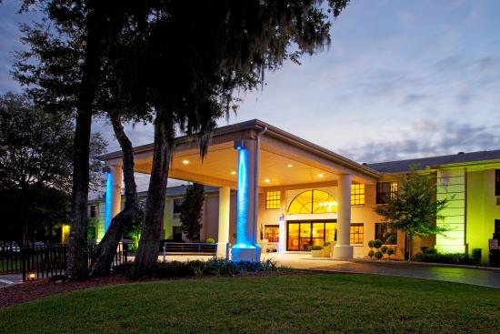 Holiday Inn Express - Ocala Midtown Medical - US 441: Grand Entrance on a Florida Evening
