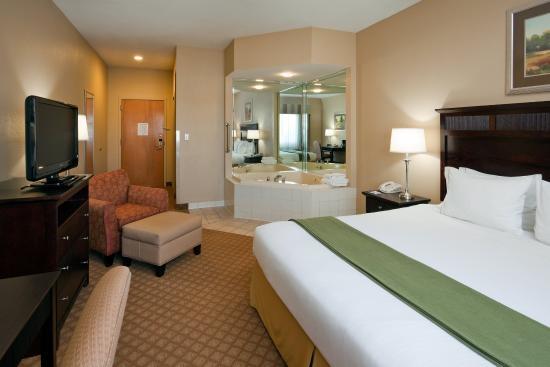 Flat Rock, North Carolina: King Bed with Jacuzzi
