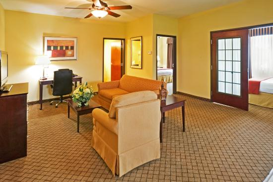 Holiday Inn Express Hotel & Suites New Boston: 2 Bedroom Presidential Suite w/ Kitchen & Living Room