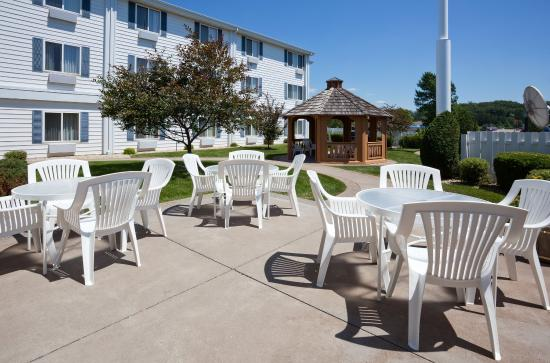 Holiday Inn Express Hudson-I-94: Guest Patio/Courtyard/Gazebo
