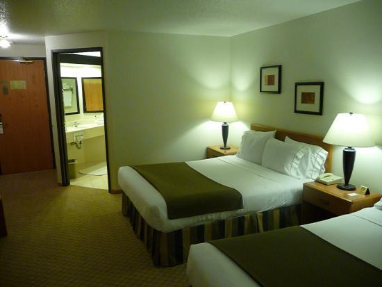 Hudson, WI : Queen Bed Guest Room